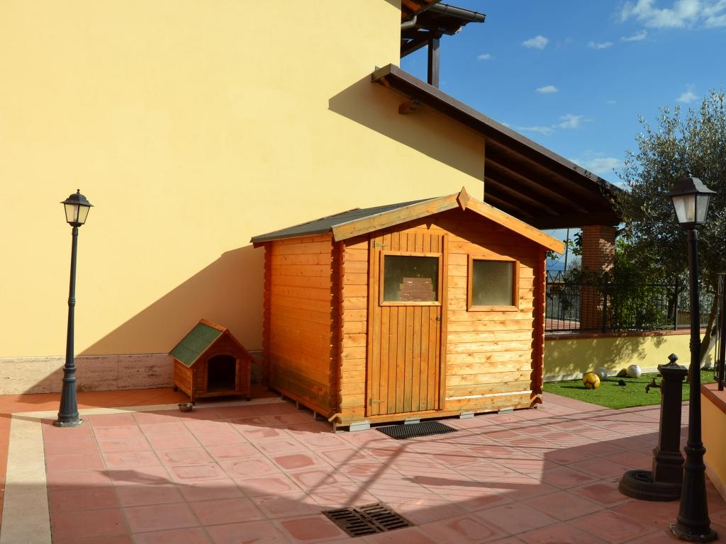 lasticato esterno con casetta in legno, nello spazio esterno c'è l'illuminazione e la fontanella. #portico #spazioesternoprivato #ingressoindipendente #villettaschiera #LivingRe
